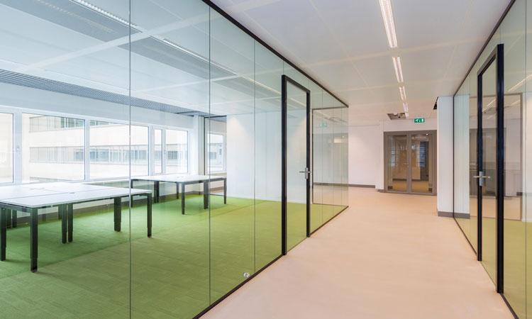 Kantoorruimtes opgebouwd uit volglas wanden inclusief glasdeuren