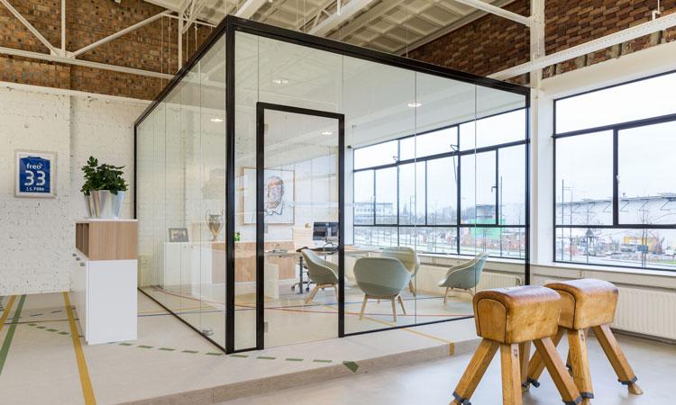 Vrijstaande ruimte met glazen scheidingswanden