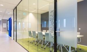 Glazen wand met glasdeur voor vergaderruimte