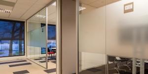 Glazen systeemwanden kantoor
