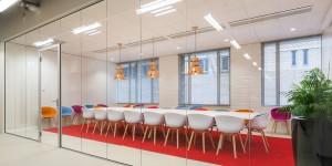 Lange glazen scheidingswand voor vergaderruimte