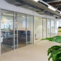 Glazen systeemwanden met glazen deuren