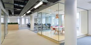 Volglas kantoorwand spreekkamer