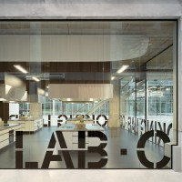 Hoge glazen wanden met sparing Co-Creation Lab