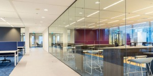 Lange glazen afscheidingswand kantoorruimte